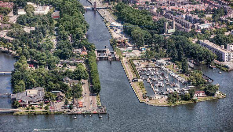 De brug moet in de buurt van de huidige Willem-I-sluis komen. Beeld Peter Elenbaas