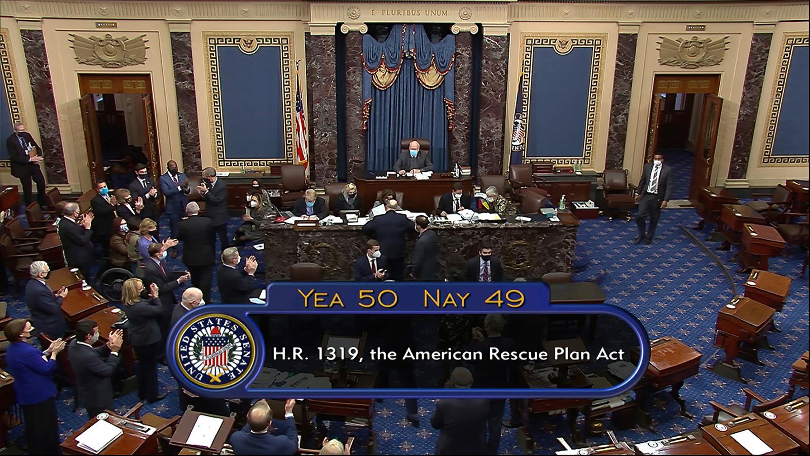 De Amerikaanse Senaat nam het steunpakket met één stem verschil aan.