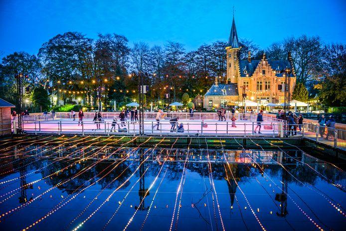 Het Minnewaterpark ziet er sprookjesachtig uit met de verlichte ijspiste en het kasteel op de achtergrond.