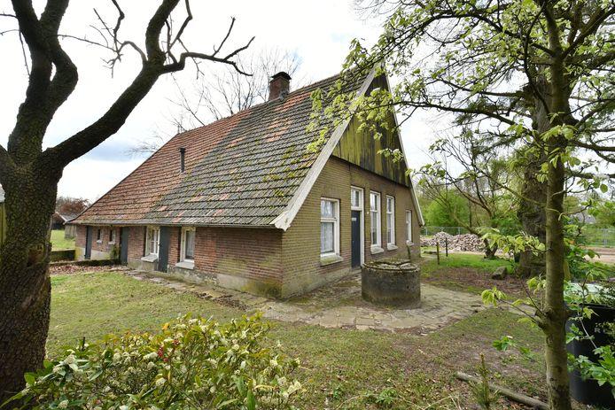 De oude, leegstaande boerderij van Aveskamp op recreatieterrein 't Goor naast tenniscomplex en bij de ijsbaan in Denekamp
