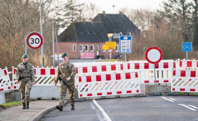 Militairen bij de grensovergang tussen Denemarken en Duitsland in Mollehus. De Denen hebben tijdelijk een aantal grensovergangen afgesloten in verband met de coronapandemie.