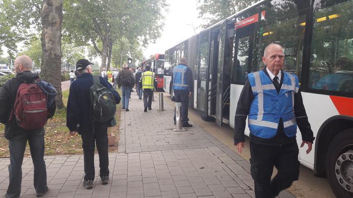 Vanuit station Oss gaan tientallen bussen richting Luchtmachtdagen op vliegbasis Volkel.
