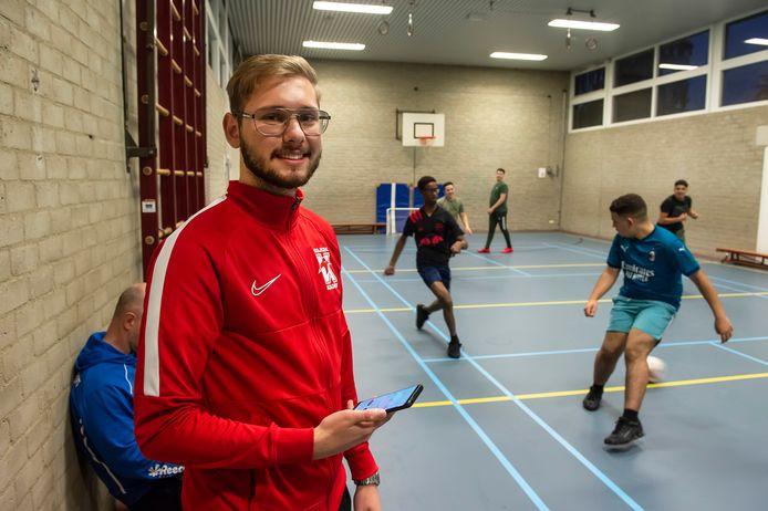 In de gymzaal van basisschool De Alm begeleidt Antonio Cetina een groepje jongeren bij het zaalvoetbal.