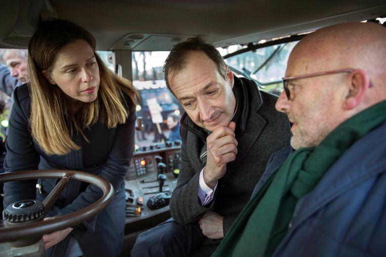 Boer Ate Kuipers uit Den Ham (rechts) in de cabine van een tractor met de ministers Wiebes (Economische Zaken) en Schouten (Landbouw) tijdens een protestactie in Den Haag in 2018.  Beeld Werry Crone