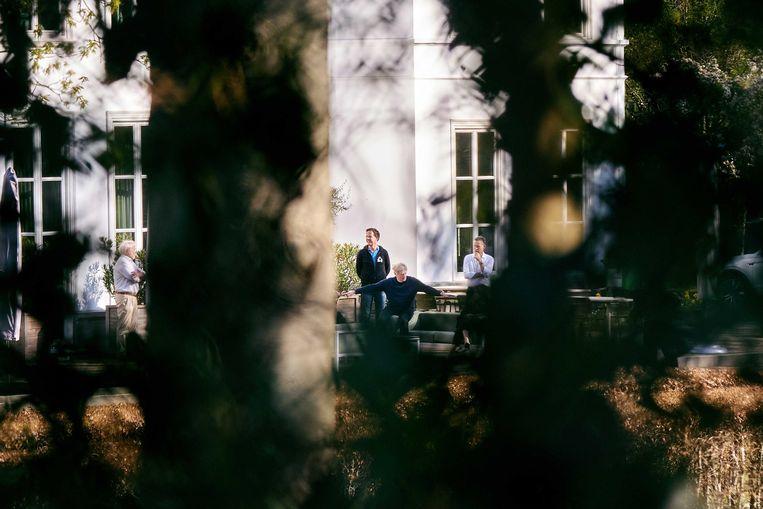 Vorige maand kwam premier Rutte op het Catshuis bijeen met onder meer Jaap van Dissel (links) en minister Van Rijn (tweede van rechts). Beeld EPA