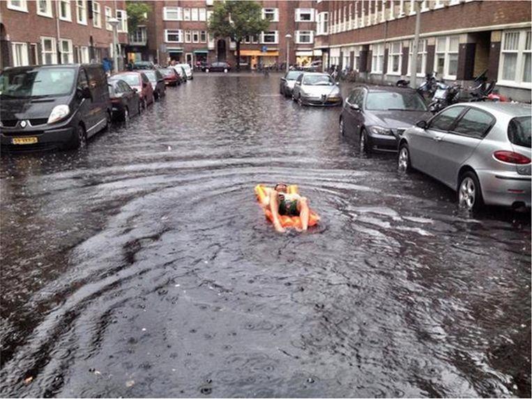 Niet iedereen vond de wateroverlast een probleem in de Rivierenbuurt. Beeld Ruben Steeman