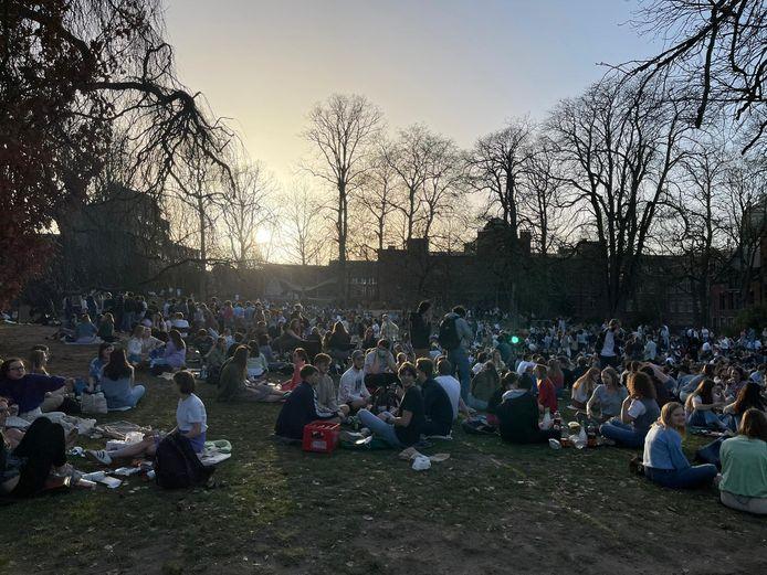 Het stadspark zat woensdagmiddag op een gegeven moment afgeladen vol. Van social distancing was absoluut geen sprake meer.