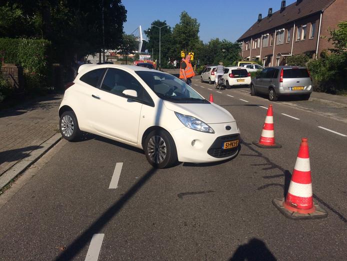 Een vrouw is op de Strijpsestraat in Eindhoven met haar auto in een flink gat gereden.