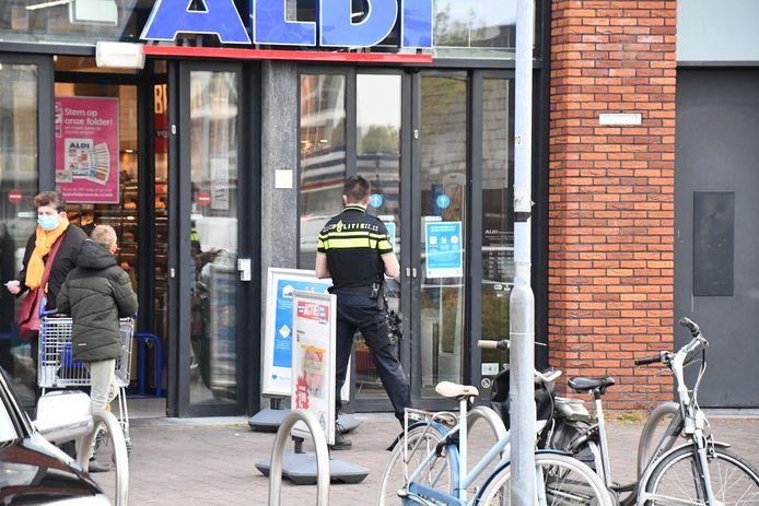 De politie doet onderzoek naar een overval op een Aldi-supermarkt in Middelburg.