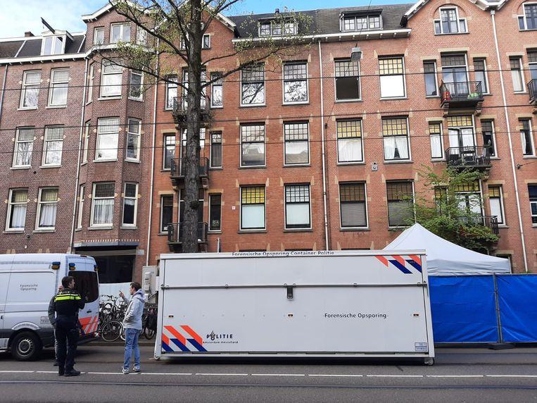 Admiraal de Ruijterweg: dinsdagochtend viel een persoon uit een raam op de derde verdieping.  Beeld Hanneloes Pen