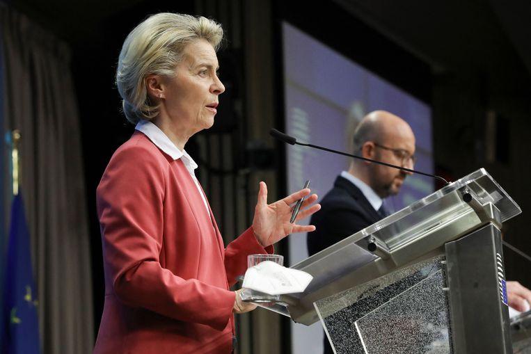 Voorzitter Ursula von der Leyen (voorgrond) van de Europese Commissie en voorzitter Charles Michel van de Europese Raad donderdagavond tijdens de persconferentie in Brussel na afloop van hun videovergadering met de EU-regeringsleiders. Beeld AFP
