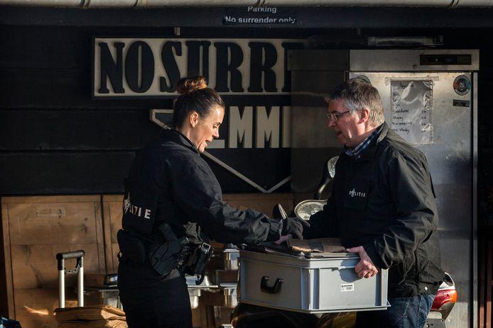 De politie doet onderzoek in het clubhuis van de motorclub No Surrender in Emmen.