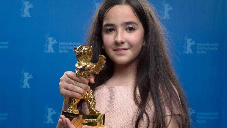 Hana Saeidi, nichtje van regisseur Panahi met de voor hem in ontvangst genomen trofee. Beeld epa