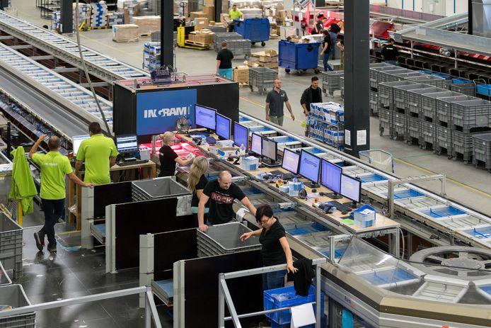 Vanuit het distributiecentrum van Ingram Micro in Waalwijk worden goederen verspreid die bij webshops zijn besteld.