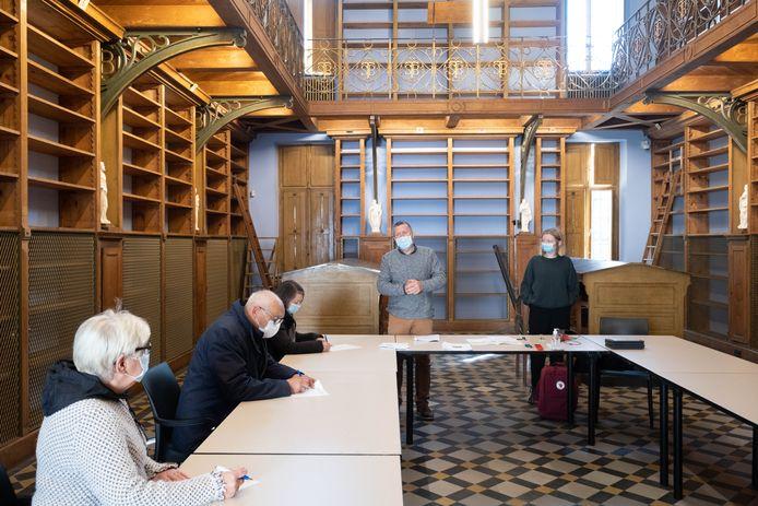 Vrijwilligers krijgen een rondleiding in de gerenoveerde bibliotheek van de abdij