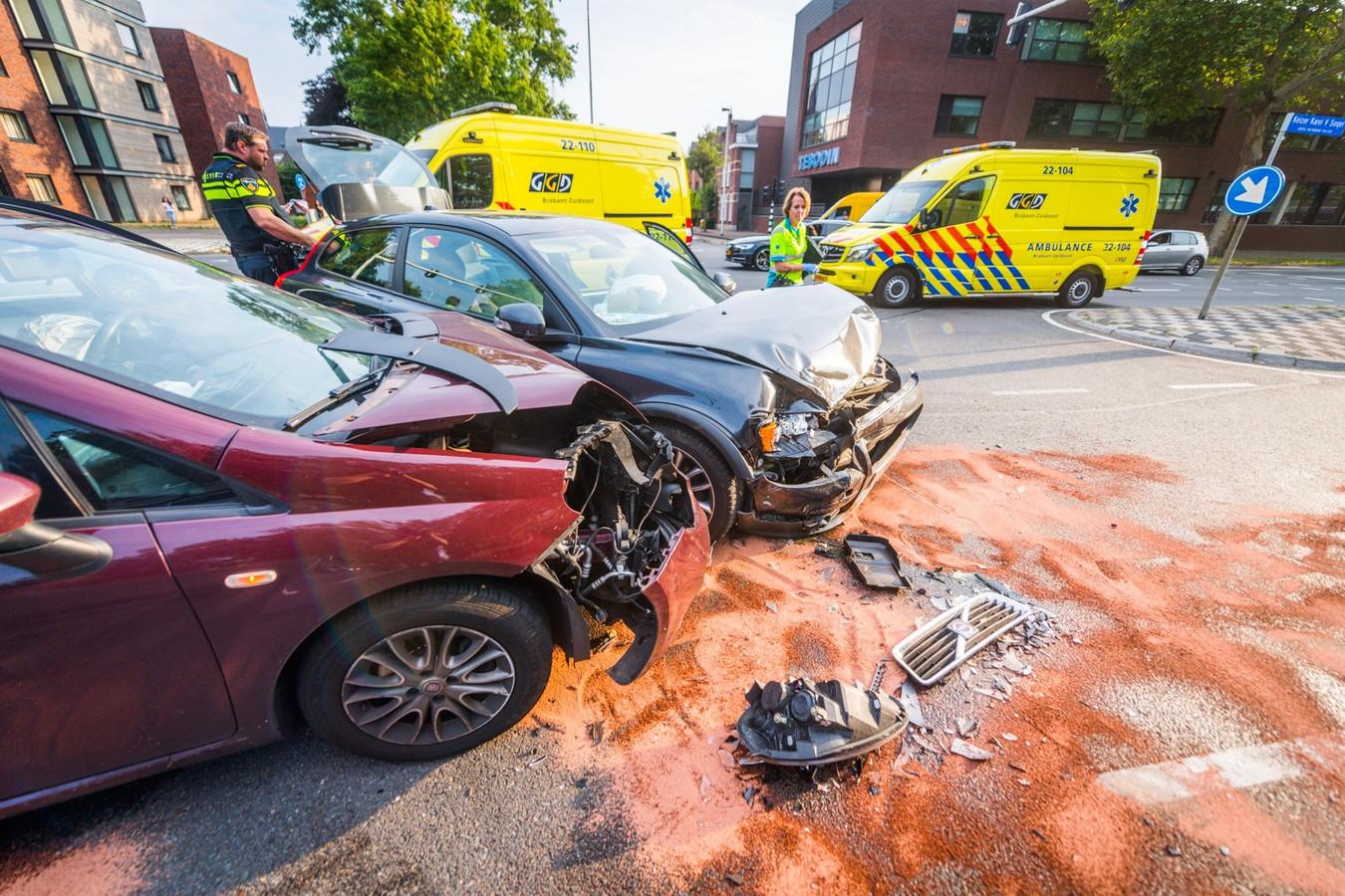Twee auto's botsten op de kruising met de Boutenslaan en de Hoogstraat in Eindhoven.