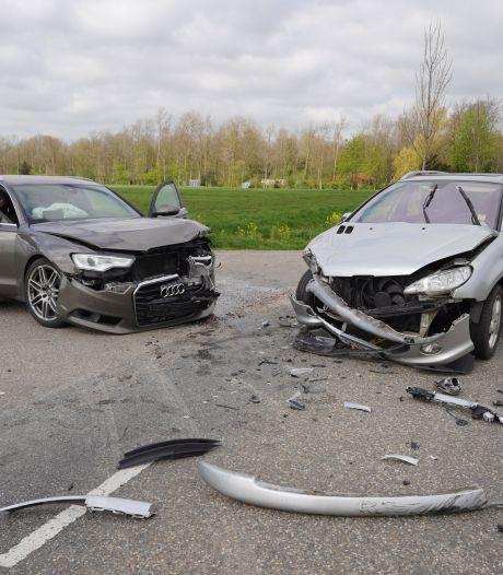 Twee auto's total loss door flinke botsing in Beuningen