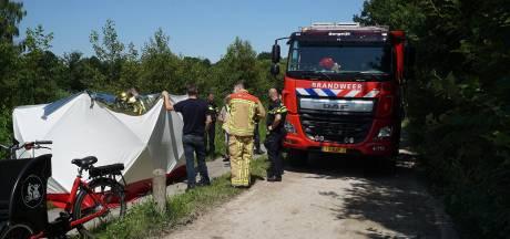 Elektrische bakfiets komt in sloot terecht, vrouw gewond naar ziekenhuis