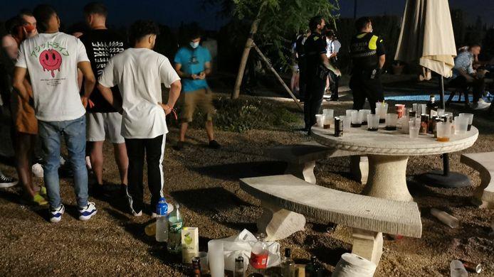 La police vérifie les participants à la fête.
