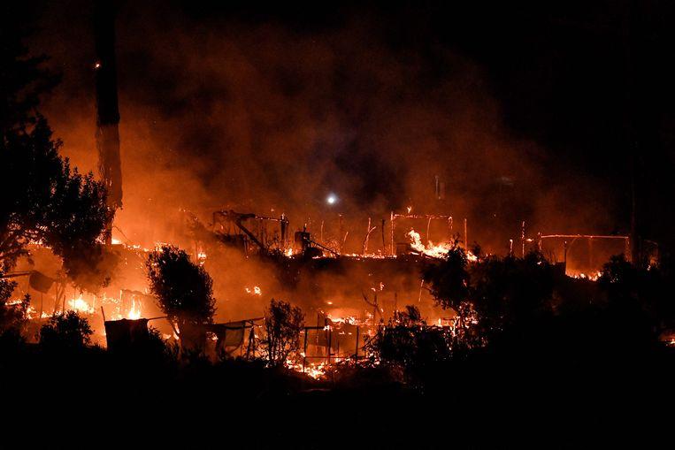 Brand zondagavond in vluchtelingenkamp Vathy op Samos.  Beeld AFP