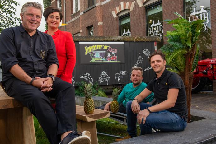 Jonnie en Thérèse Boer, Jan Willem Berendsen en Matthias Nieuwland bij de tijdelijke dependance van Brass Boer, de bistro van de Boertjes op Bonaire. Vanaf begin 2019 komt er een definitieve versie van de bistro naar Nederland: Brass Boer Zwolle, in hartje binnenstad.