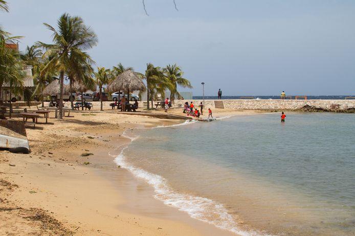 WILLEMSTAD - Badgasten op het Marie Pampoen strand. De stranden waren enkele weken nagenoeg verlaten, maar het openbare leven op Curacao komt weer op gang nadat de lockdown wordt versoepeld. ANP PRINCE VICTOR