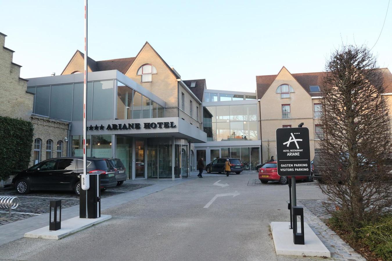 Ariane Hotel laat voortaan de slagboom open om omwonenden de kans te geven er te parkeren.