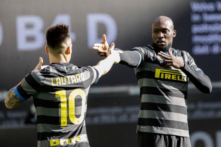 Lautaro Martínez en Romelu Lukaku vieren Inters openingstreffer tegen Genoa. Beeld AP