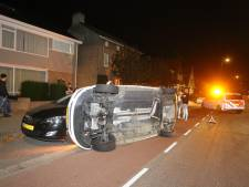 Auto op zijn kant na botsing in Den Bosch