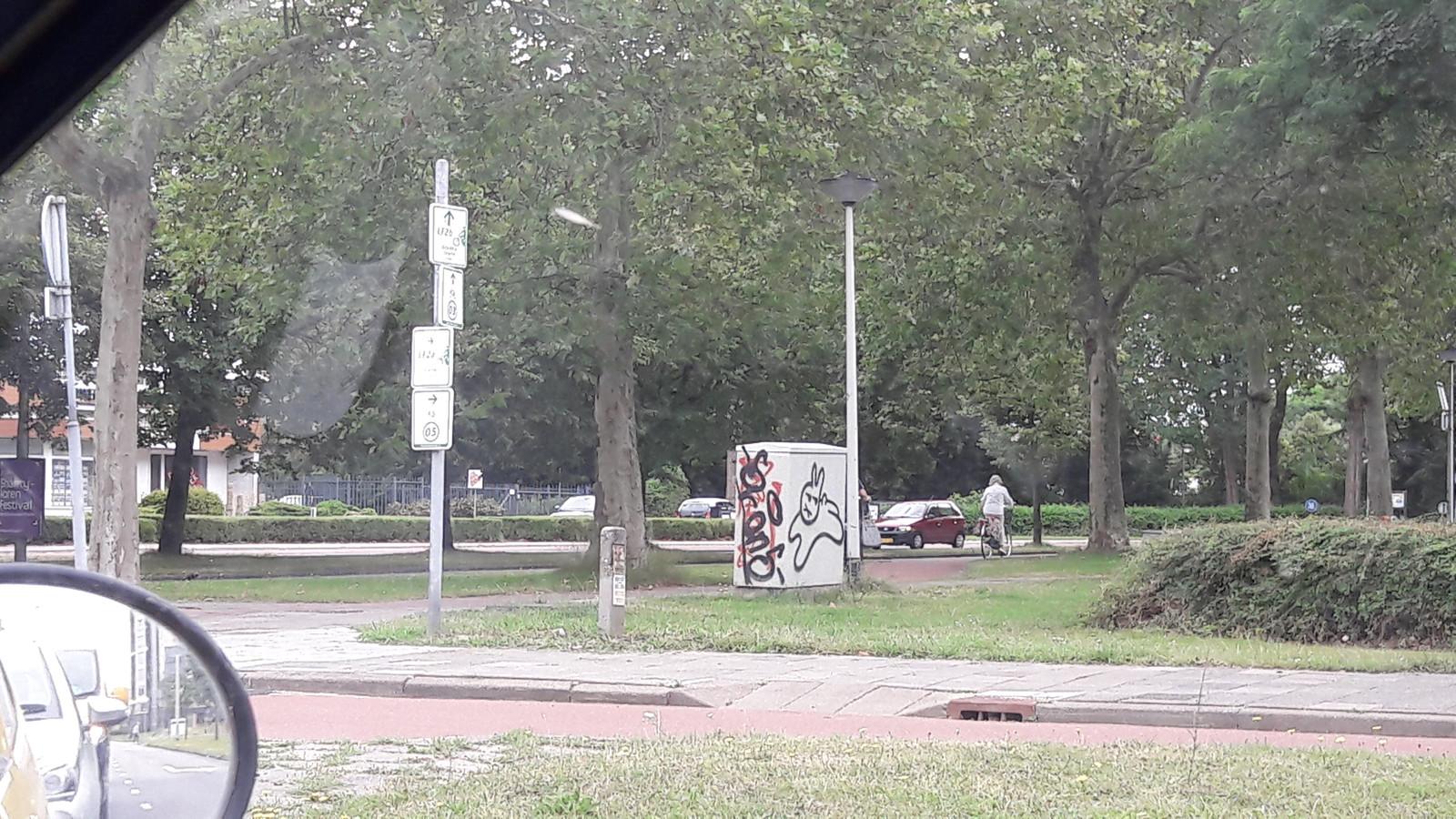 Het konijn springt ook bij het kruispunt van de President Kennedlaan - Laan van Brabant in Roosendaal.
