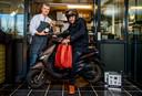 Chef-kok Alain Adriaanse (Hofstede Meerzicht) overhandigt een zakje met eten aan een chauffeur.