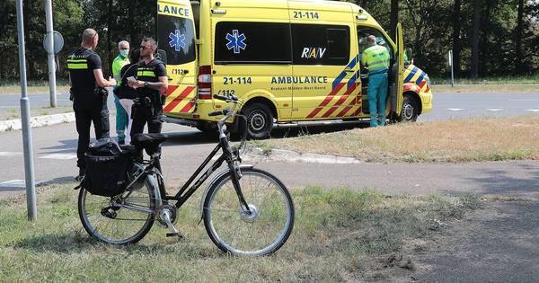 Fietser gewond naar ziekenhuis na aanrijding in Oss.