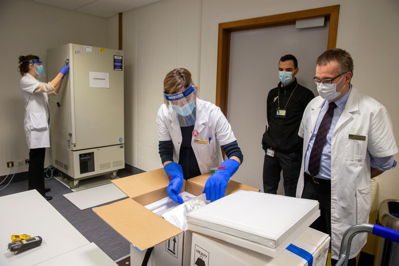 De eerste Pfizer/BioNTech-vaccins arriveren op Tweede Kerstdag in het Gasthuisberg-ziekenhuis in Leuven, België.  Beeld Reuters