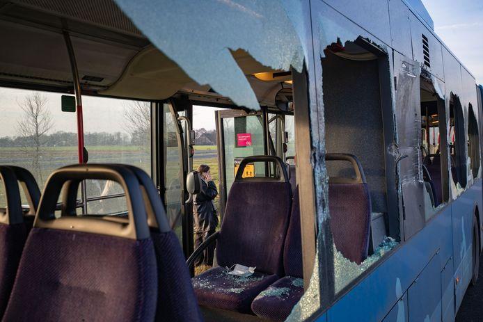 Ongeval vrachtauto met lijnbus op de Kamperweg bij Ens-Zuid. De zijkant van de bus werd geraakt.