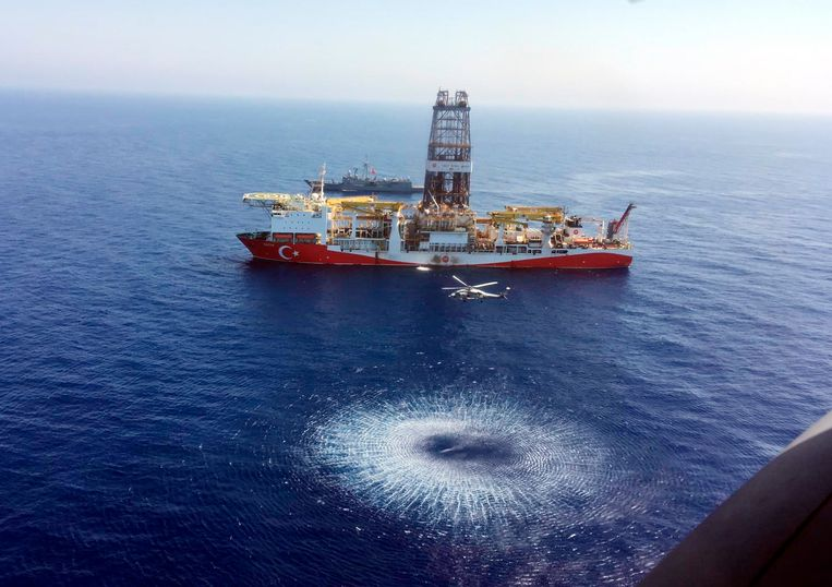 Helikopters boven het Turkse schip dat boringen uitvoert. Beeld AP