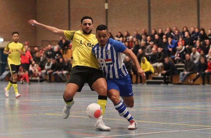 Braziliaan in Eindhovense dienst Raphinha van FC Eindhoven (r) in duel met ASV Lebo-verdediger Youssef Makraou.