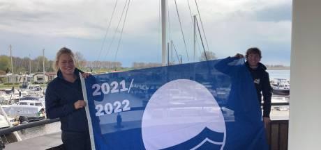 In Zwartsluis wappert de Blauwe Vlag in twee jachthavens