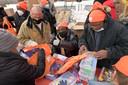 Een voedselbank in de Bronx in New York deelt naast voedsel ook speelgoed uit aan arme kinderen.