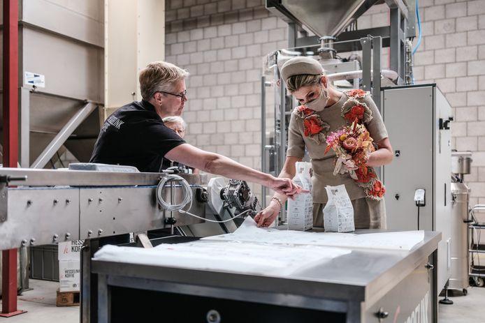 In de fabriek kreeg Maxima uitleg over de productie bij Hesselink Koffie. Onder meer van Helma Stemerdink (op de voorgrond) die de vorstin uitleg gaf over het verpakken van de koffie.