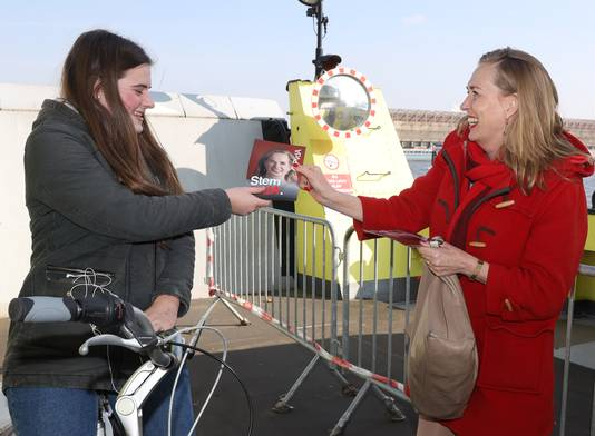 Op de pont in Sluiskil met scholiere Valerie Samijn uit Sas van Gent.