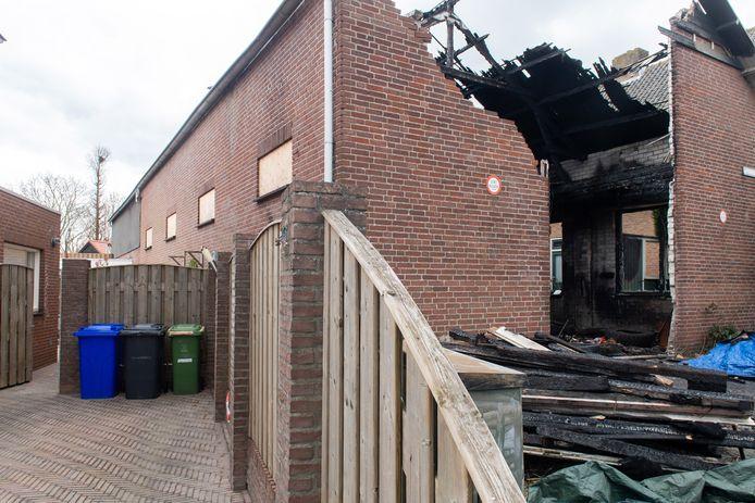 De oprit van de buurman naast de afgebrande schuur in de Boterpolderlaan te Raamsdonksveer.