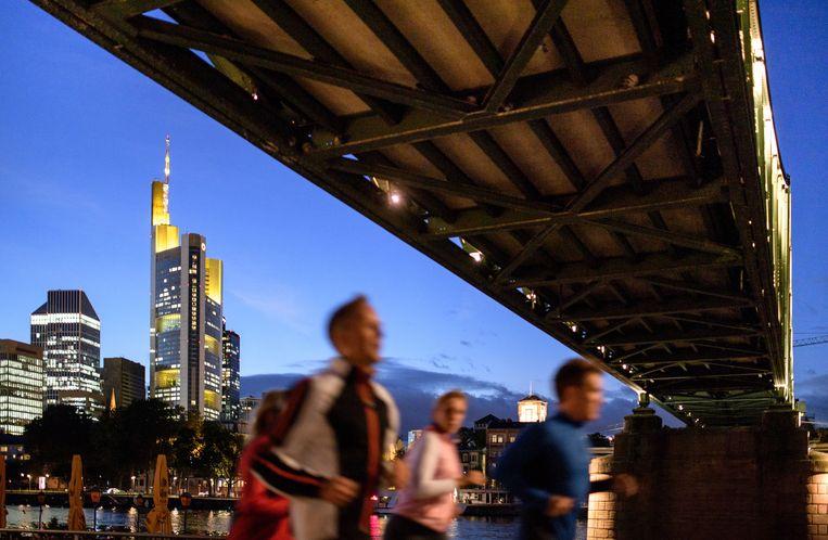 Het financiële district in Frankfurt, met links het kantoor van ABN Amro. Beeld Getty