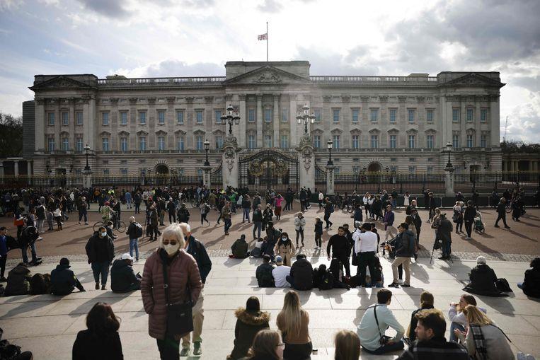 De vlag hangt halfstok bij Buckingham Palace. Beeld AFP