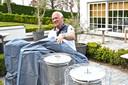 Uitbater Koen Devos maakt de terrasverwarmers gebruiksklaar.