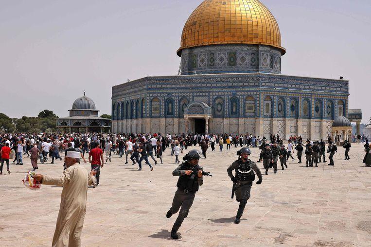 Israëlische agenten en Palestijnen raken slaags bij de Al-Aqsamoskee in Jeruzalem.  Beeld AFP