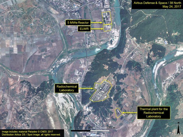 Op dit satellietbeeld van de nucleaire site van Yongbyon, mei vorig jaar, staat een kerncentrale (boven) wiens gebruikte brandstof naar de opwerkingsfabriek (midden) wordt gebracht om er plutonium uit te winnen. Dit 'Radiochemisch Laboratorium'  is een kopie van het Eurochemic-project in Dessel. Beeld CNES/38 North