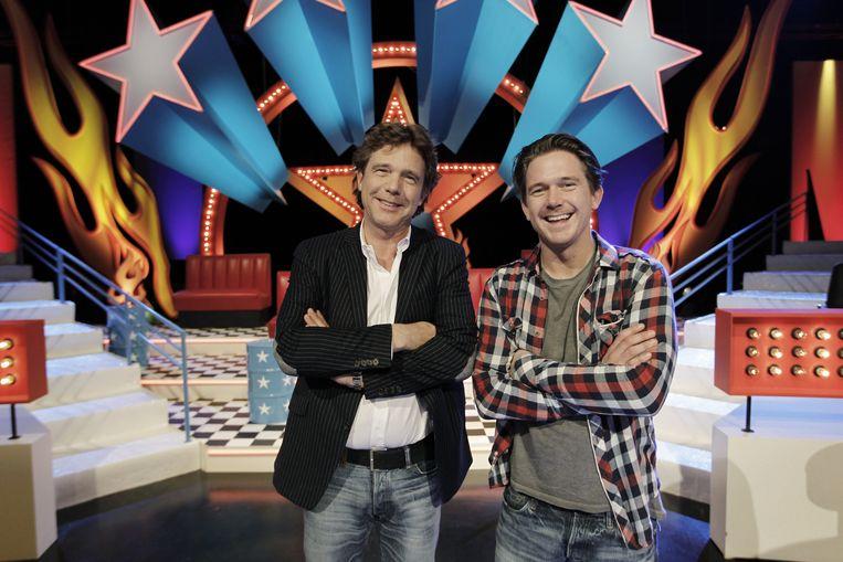 Johnny de Mol en zijn vader John in 2010 tijdens de presentatie van Beat De Mol. Beeld ANP Kippa