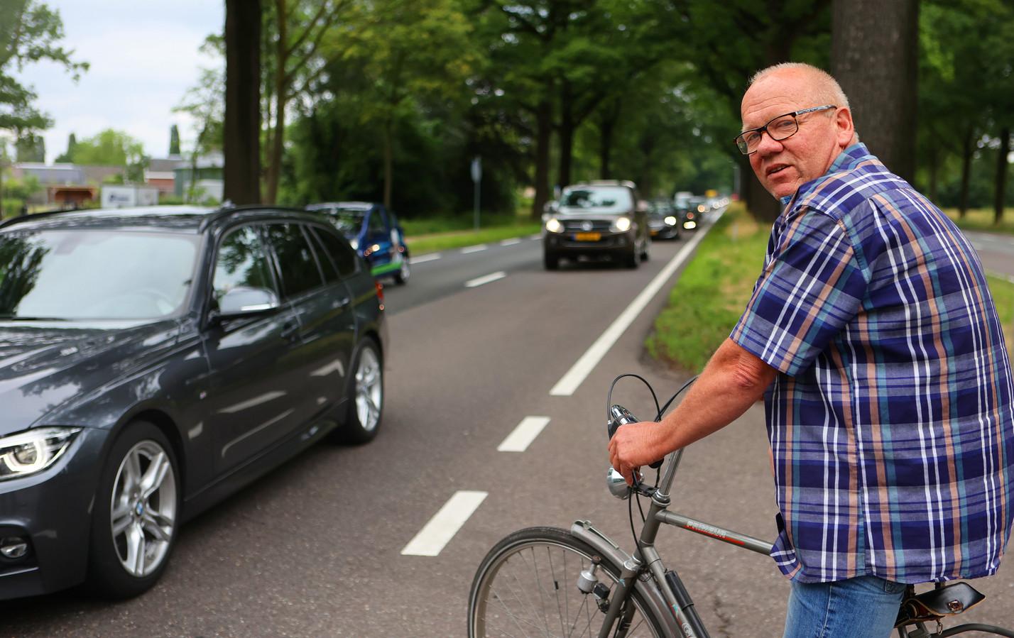 """De N65 wordt steeds drukker. De rijksweg oversteken is geen pretje, volgens Willem van Roessel uit Helvoirt. ,,Zeker niet met kleine kinderen erbij!"""""""
