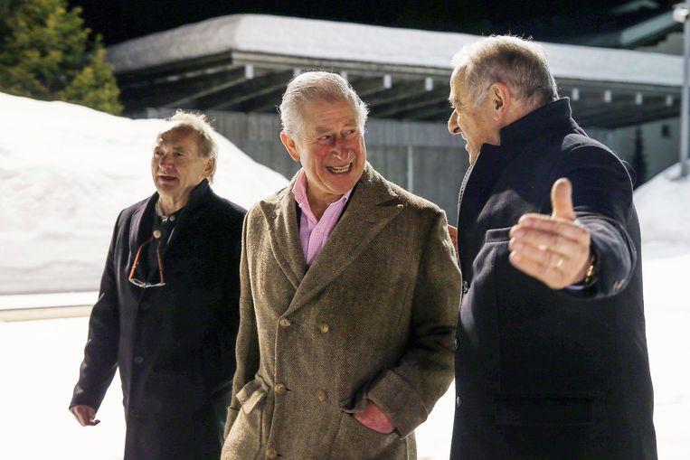 Charles met de burgemeester van Klosters begin deze maand, toen het Zwitserse ski-oord een feestje organiseerde ter gelegenheid van Charles' veertigste vakantie aldaar. Beeld AP