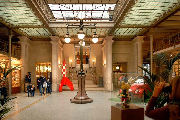 Het Stripmuseum in Brussel, met de raket van Kuifje. Beeld Yann Bertrand